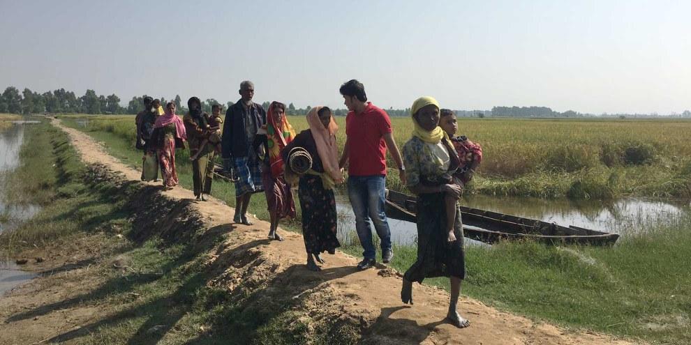 Les réfugiés Rohingya traversent la frontière pour se rendre au Bangladesh, après s'être cachés toute la nuit dans la forêt. © AI