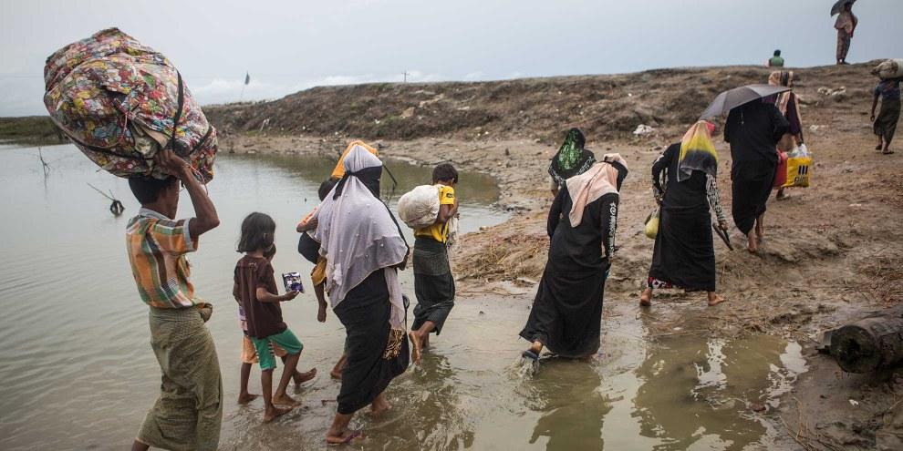 Des réfugiés rohingyas de l'État de Rakhine au Myanmar atteignent les environs de la ville de Teknaf au Bangladesh, 28 septembre 2017. © Andrew Stanbridge / Amnesty International
