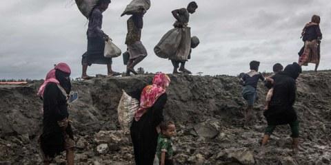 Des centaines de milliers de Rohingyas ont fui du Myanmar au Bangladesh suite aux attaques perpétrées contre leurs villages dans l'état d'Arakan, comme ici en septembre 2017. Leur retour est désormais compromis par la construction de bases militaires, d'héliports et de routes à l'emplacement où se trouvaient les villages incendiés. © Andrew Stanbridge / Amnesty International
