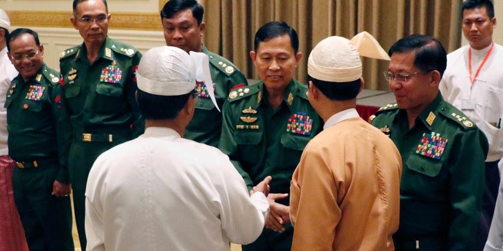 Les deux journalistes, Wa Lone et Kyaw Soe Oo, ont été condamnés à 7 ans de prison uniquement parce qu'ils ont osé poser des questions gênantes sur les atrocités commises par l'armée dans l'État d'Arakan.  © SAI ZAW/AFP/Getty Image