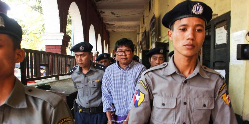 Le journaliste de Reuters Wa Lone lors de son arrestation en 2017. © VOA Burmese