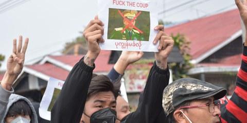 Des manifestants pacifiques prennent de gros risques pour protester contre le coup d'État militaire à Nyaungshwe, au Myanmar, le 7 février 2021 © Robert Bociaga Olk Bon/shutterstock