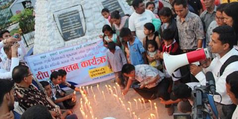 Des militants d'Amnesty International au Népal se réunissent en mémoire des victimes du séisme du 25 avril 2015. © Amnesty International