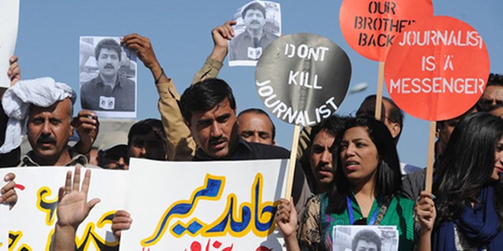 Des membres de l'Union Fédérale des Journalistes ont manifesté contre les violences dont ils sont victimes à Islamabad le 23 avril 2014. © Aamir Qureshi