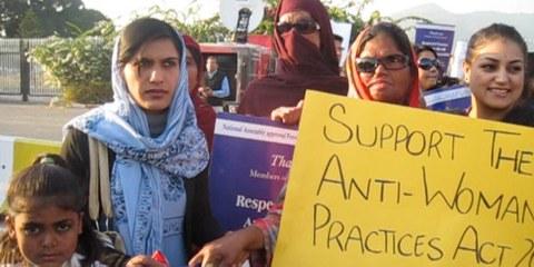 Des femmes manifestent devant le Sénat pakistanais en faveur du «Prevention of Anti-Women Practices Act». Cette loi adoptée en 2011 criminalise certaines pratiques coutumières constituant des violences à l'égard des femmes. Néanmoins, des conseils de village continuent à traiter le corps des femmes comme une marchandise lors de règlements de comptes. © Amnesty International