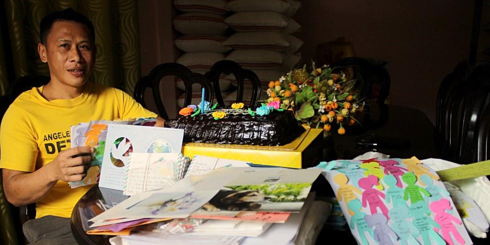 Des membres d'Amnesty Philippines ont visité Jerryme Corre un jour avant son anniversaire et lui ont transmis les lettres d'encouragement d'activistes du monde entier, rédigées lors du Marthon des lettres 2015. © Amnesty International