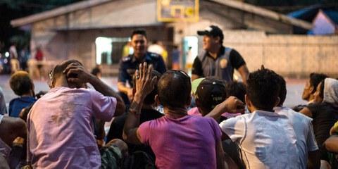 Des toxicomanes et des trafiquants présumés attendent de subir des tests de dépistage de drogues après leur remise aux autorités au poste de police du Camp Karingal à Manille le 22 juin 2016. © NOEL CELIS/AFP/Getty Images