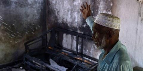 Un habitant musulman présente les dommages causés par des heurts entre bouddhistes extrémistes et musulmans.