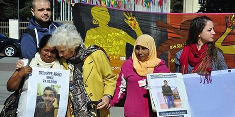 Vigile pour les personnes disparues au Sri Lanka avec Sandya Enknaligoda, Sithy Yameena et Estela de Carlotto, Genève, März 2015. © Jean-Marie Banderet