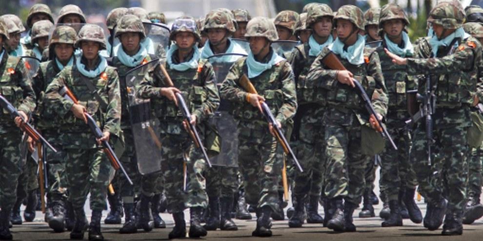 Des soldats thaïlandais sont prêts à affronter les manifestants anti-gouvernementaux à Bangkok, en Thaïlande. © APGraphicsBank