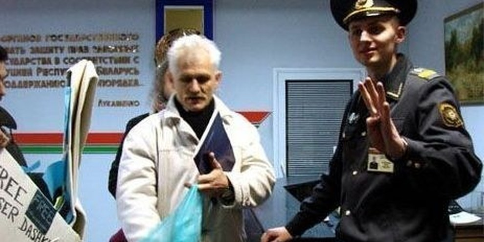 Des membres d'Amnesty remettent un immense cygne en origami au ministère de l'Intérieur biélorusse, en décembre 2007. © DR