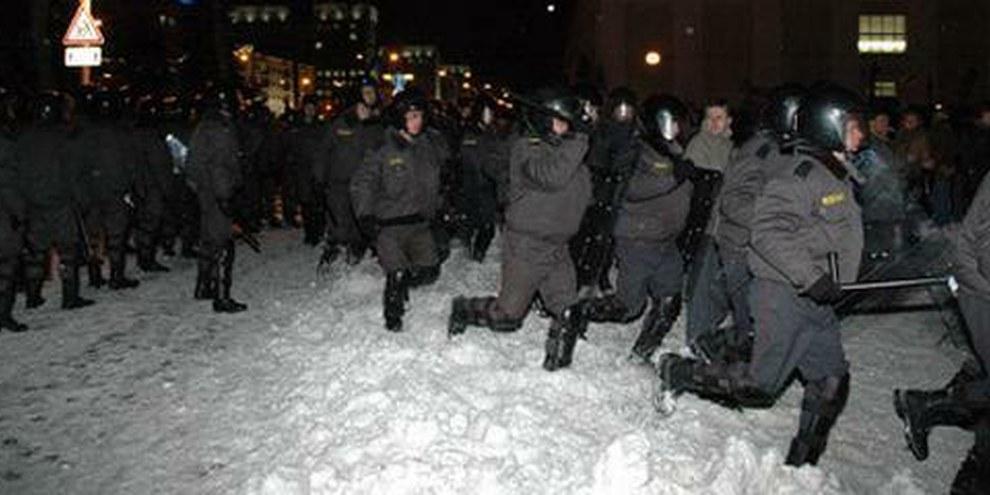 Lors des présidentielles en 2006, la police avait déjà violemment dispersé une manifestation pacifique venue écouter un candidat d'opposition sur la place Svaboda. © Charter 97