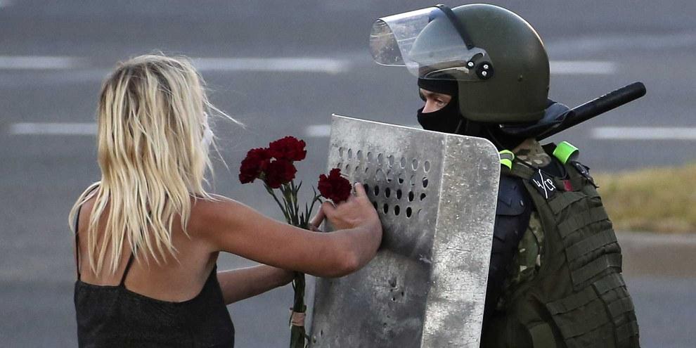 Un policier bélarussien surveillant une rue lors d'une manifestation contre les résultats de l'élection présidentielle de 2020 © Natalia Fedosenko/TASS