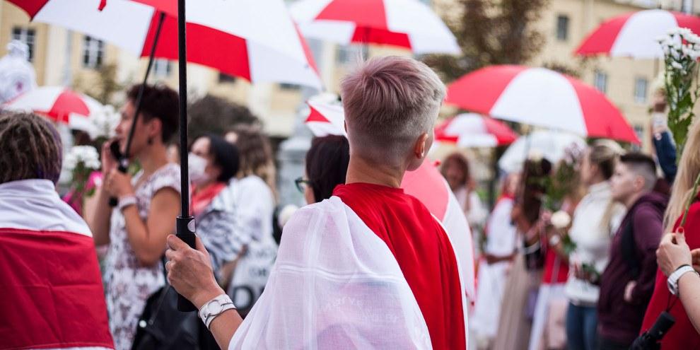 Les femmes portent les couleurs rouges et blanches de l'ancien drapeau du Belarus et protestent depuis des mois contre les résultats de l'élection présidentielle de 2020. ©zhuk _ ladybug / shutterstock.com