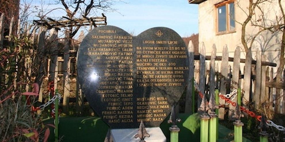 Un monument érigé par les habitant·e·s d'un village près de Zvornik en commémoration de 120 femmes violées et agressées sexuellement pendant la guerre. © AI