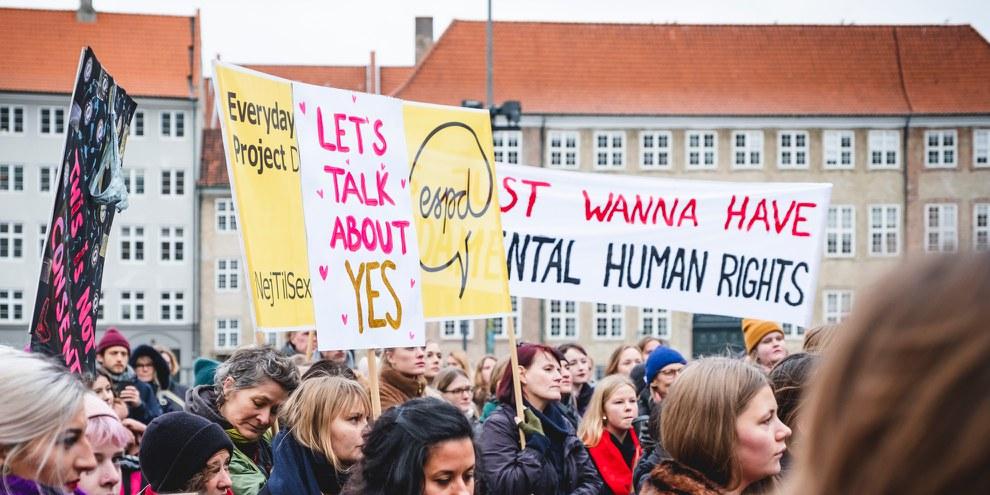 Le 25 novembre 2018, des femmes et des filles ont protesté à Copenhague contre la définition actuelle du viol dans le code pénal. © Jonas Persson