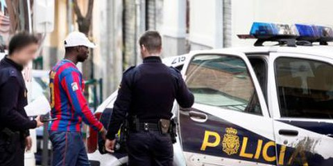 """Quelqu'un qui n'a pas """"l'air espagnol"""" peut se faire arrêter par la police jusqu'à quatre fois dans une même journée pour des contrôles d'identité. © Olmo Calvo / Fronteras Invisibles"""