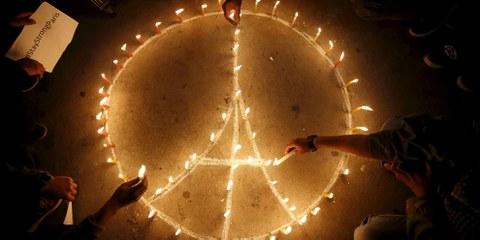 Au lendemain des attaques meurtrières à Paris, des personnes du monde entier affichent leur soutien envers les proches et familles des victimes. © REUTERS/Navesh Chitrakar