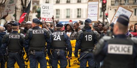 Lors de la manifestation pour la dignité et la justice, le 19 mars 2017, un cortège d'une centaine de personnes arrivant de Montreuil refuse de se faire fouiller et palper par la police qui bloque le passage. ©Martin Barzilai