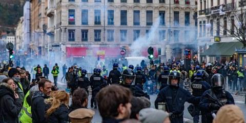 Lyon, 8 décembre 2018: Usage de fumigènes dans une manifestation des «gilets jaunes» © Shutterstock.com