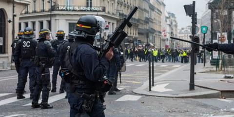 Un policier de l'unité anti-émeute avec un flash-ball LBD surveille les manifestants «gilets jaunes» à Paris, décembre 2018 © Frederic Legrand © Shutterstock.com