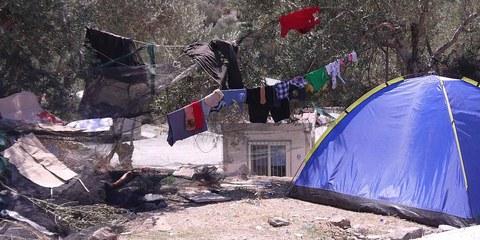 Des réfugiés dans un camps informel au dehors du centre de détention surpeuplé de Moria sur l'île grecque de Lesbos | © Amnesty International