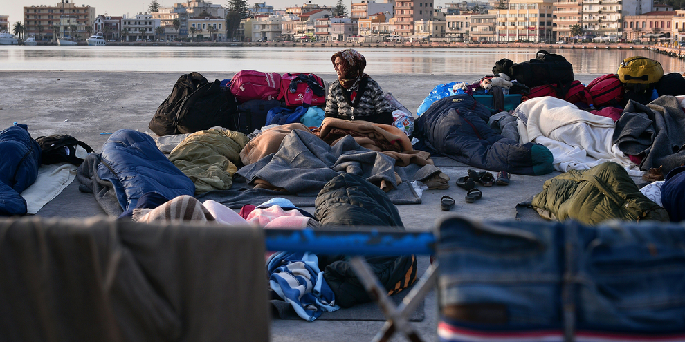 Un groupe de migrants dans le port de Chios en Grèce, le 5 avril 2016. © LOUISA GOULIAMAKI/AFP/Getty Images