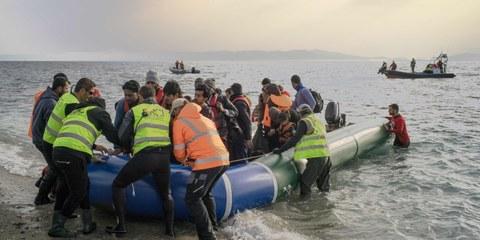 Des volontaires aident les réfugié·e·s arrivé·e·s sur les côtes grecques au sud de Lesbos. ©Amnesty International / Olga Stefatou