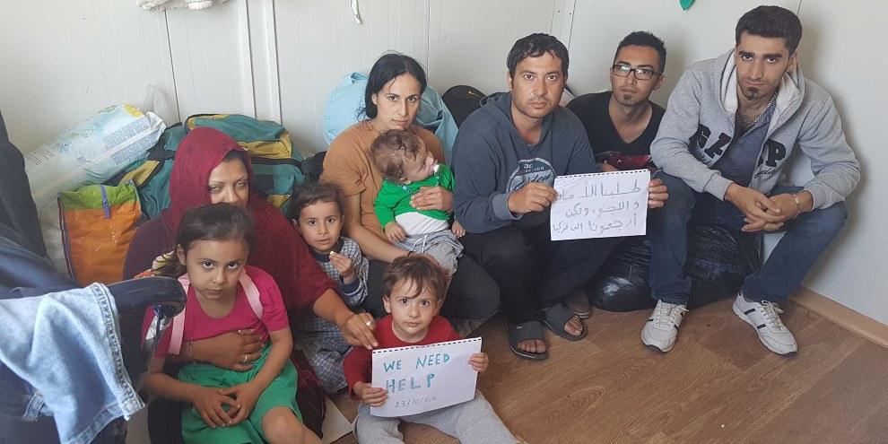 L'une des deux familles renvoyées vers la Turquie, le 20 octobre, et trois autres réfugiés syriens dans le camp de Düziçi, en Turquie.  © DR