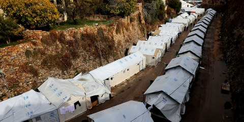 Plus de 4000 réfugiés sont entassés sur l'île de Chios. Ils dorment dans des tentes surpeuplés, exposées aux températures extrêmes et au mauvais temps. (Camp de Souda, Chios, novembre 2016). © Giorgos Moutafis/Amnesty International