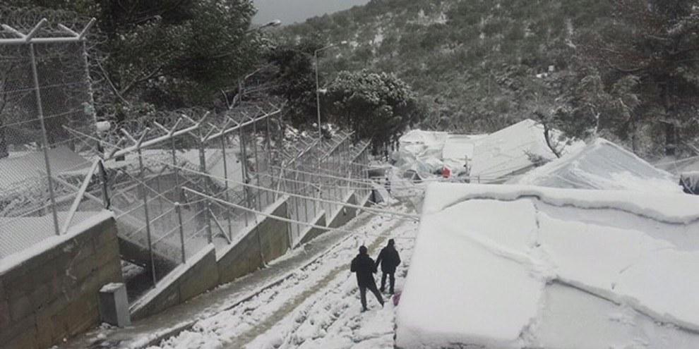 À l'approche de l'hiver, Amnesty International s'inquiète avec d'autres organisations des conditions effroyables auxquelles font face les demandeurs d'asile bloqués sur les îles grecques, comme ici dans le camp de Moria, à Lesbos, l'hiver passé. © Amnesty International/Giorgos Kosmopoulos