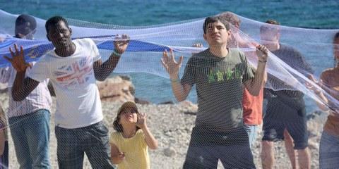 Alors que l'Union européenne s'apprête à stopper la majorité de ses financements d'urgence aux ONG aidant les réfugié·e·s piégé·e·s sur les îles grecques, les manifestant·e·s ont appelé les dirigeant·e·s européen·ne·s à prendre leurs responsabilités dans l'accueil des réfugié·e·s, en les transférant sur le continent et en les relocalisant dans d'autres pays européens. © Estelle Borel/Amnesty International
