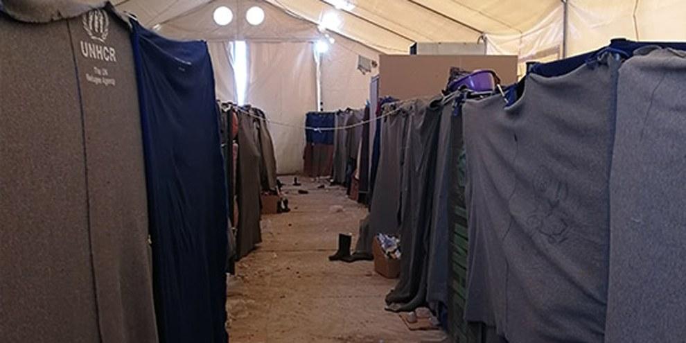 Les couvertures tentent de créer un minimum d'intimité dans de grandes tentes hébergeant des dizaines de personnes. © Giorgos Moutafis/Amnesty International