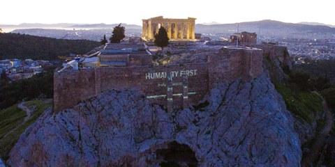 «Bienvenue aux réfugiés» a été projeté en grand sur tout le côté de l'Acropole à  Athènes.© Amnesty International