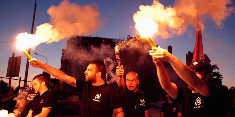 Les partisans du parti d'extrême droite Golden Dawn célèbrent les résultats des élections anticipées, à Thessalonique, Grèce, le 17 juin 2012. © Alexandros Michailidis/Shutterstock