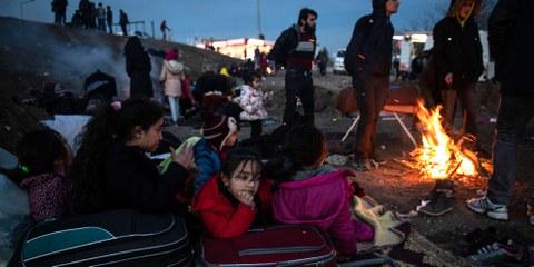 Des fugitives et fugitifs se réchauffent près d'un feu à Edirne, en Turquie. Ils veulent passer la frontière avec la Grèce.©BURAK KARA