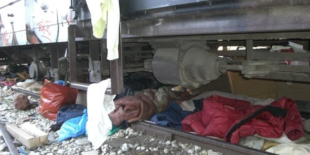 Effets personnels de migrant∙e∙s sous un train en Grèce © UNHCR/L. Boldrini
