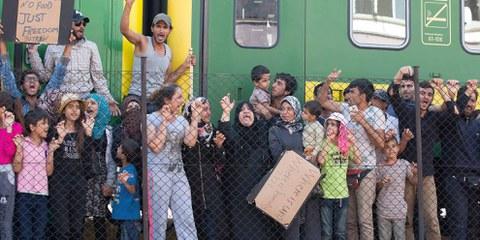 Les migrants refusent de quitter le train stoppé par la police dans une gare hongroise © Getthy Images