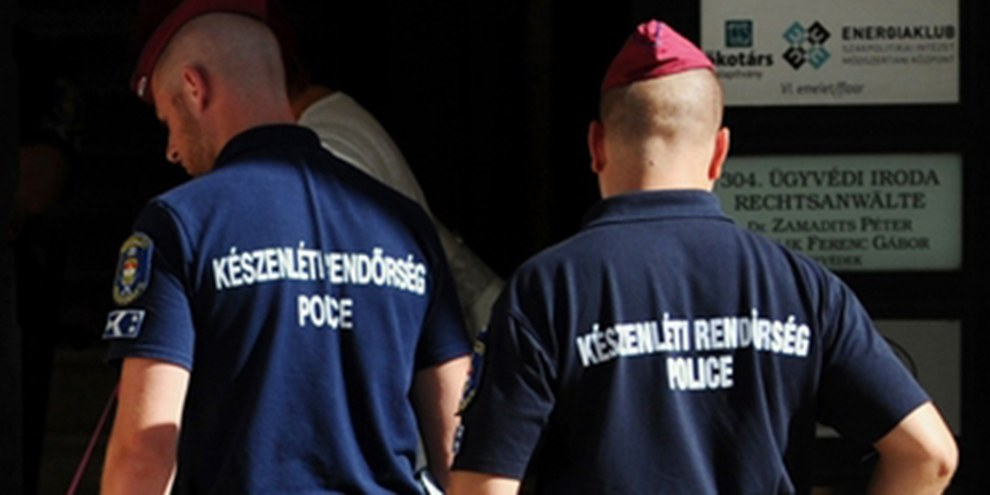 La police hongroise a mené de nombreuses perquisitions dans les locaux d'ONG soupçonnées d'«activité financières criminelles». © ATTILA KISBENEDEK/AFP/Getty Images