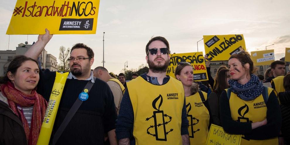 Des militant·e·s d'Amnesty Hongrie manifestent en avril 2017 contre l'adoption de la Loi sur la transparence des organisations financées par des capitaux étrangers. © Szabolcs Csaszar
