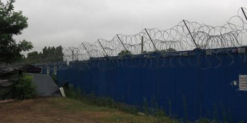 La détention automatique des requérants d'asile à la frontière est une étape de plus dans la répression féroce mise en œuvre par la Hongrie à l'encontre des réfugiés et des migrants. © Amnesty International