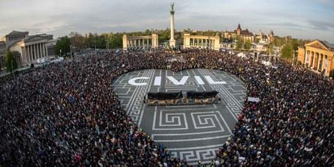 Des manifestant·e·s à Budapest, la capitale hongroise, protestent en avril 2017 contre les restrictions imposées à la société civile. © Gergo Toth