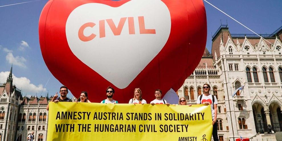 Action de protestation d'Amnesty devant le Parlement hongrois à Budapest le 4 juin 2018 © Amnesty International