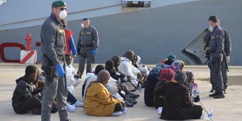 Des réfugiés à leur arrivée au port d'Augusta en Sicile. © Amnesty International