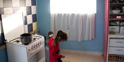 Une petite fille dans une cuisine du campement de Gianturco, évacué le 6 avril à Naples.  © Amnesty International / Claudio Menna