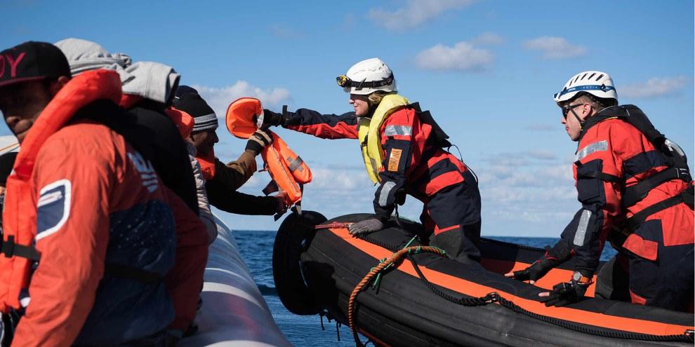 Amnesty se bat contre la criminalisation des opérations de sauvetage en mer et pour la protection des personnes qui défendent les droits des réfugiés et des migrants.  © Chris Grodotzki / Sea-Watch.org