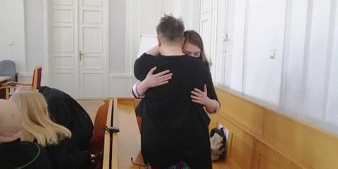 Elżbieta et Anna s'embrassent après le verdict. © Amnesty Poland