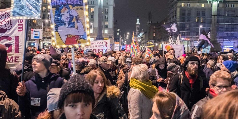 Des milliers de personnes ont assisté au «Vendredi noir» à Varsovie le 23 mars 2018 pour protester contre un projet de loi qui restreindrait encore davantage l'accès à un avortement sûr et légal en Pologne. © Grzegorz Zukowski