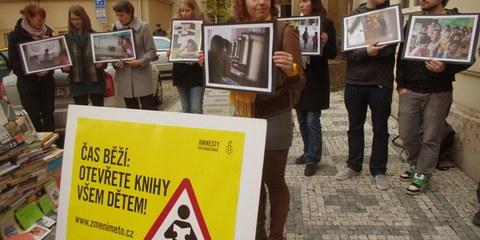 Des militant·e·s manifestent contre les discriminations devant le Ministère de l'éducation, november 2012. © Amnesty International (Photo: Adam Podhola)