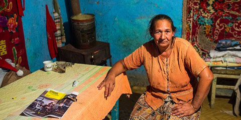 Les Roms vivent trop souvent dans des logements de fortune, isolés et sans confort. © Mugur Vărzariu